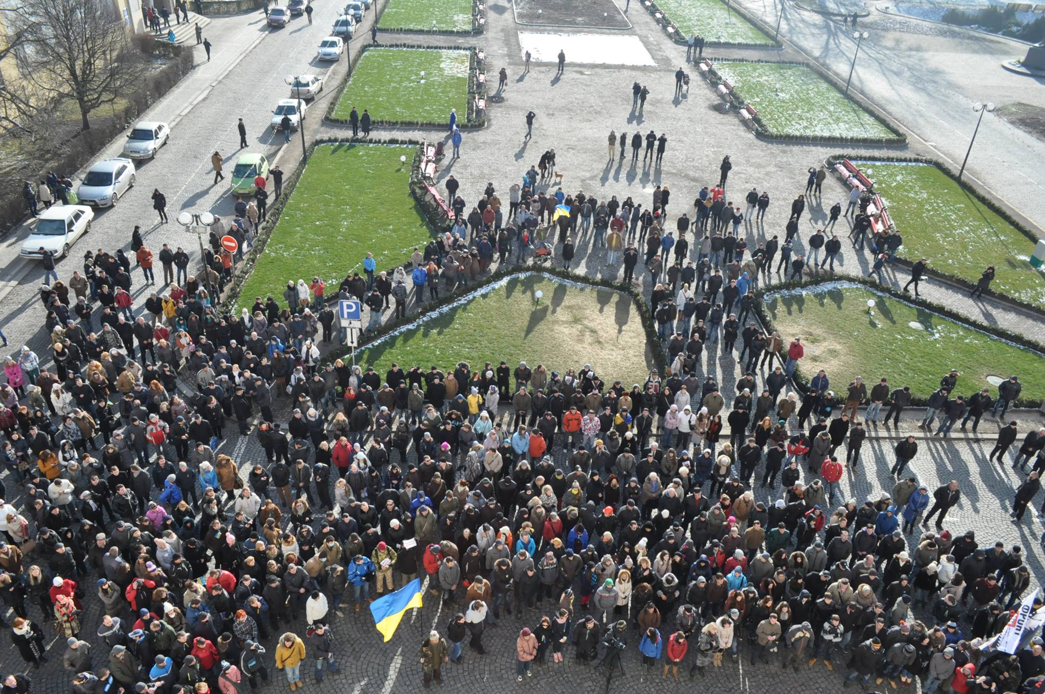 Після невдалого штурму Ужгородської міськради євромайдан рушив до ОДА (ФОТО)