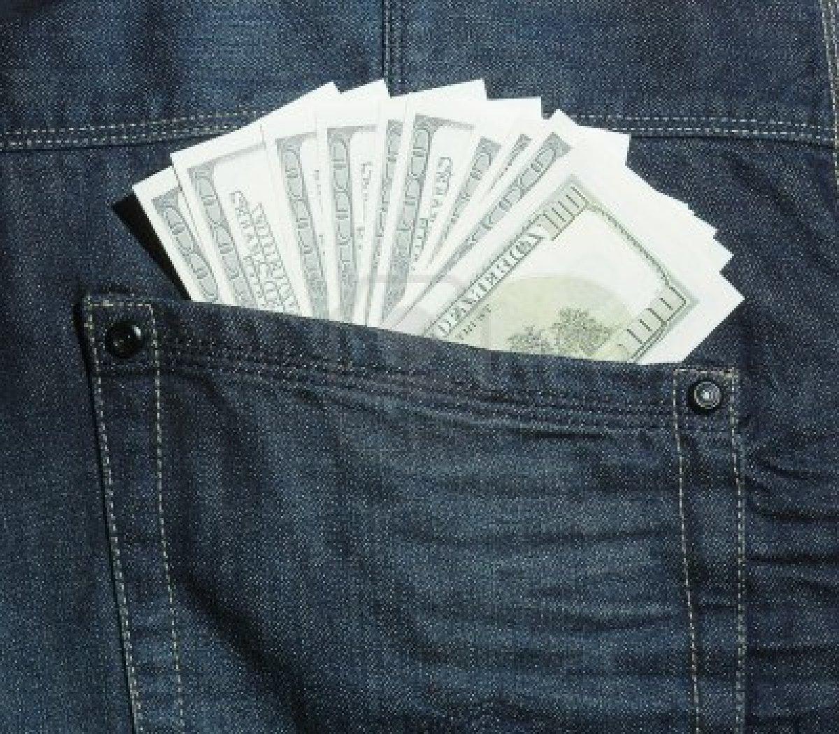 """З одягу ужгородки витягнули """"чужих"""" майже 18 тисяч доларів"""