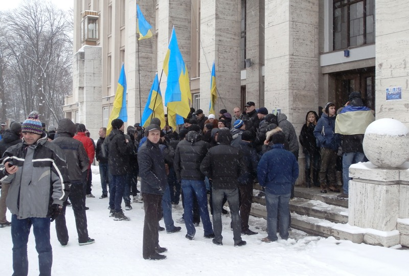 Мітингувальники в Ужгороді поставили намети та будують барикади