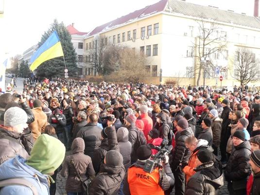 """В Ужгороді відразу два мітинги: одні скандують """"Львів - геть!"""", інші – """"Банду - геть!"""""""
