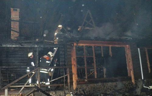 Один із будинків на ранчо губернатора згорів майже повністю (ФОТО, ВІДЕО)