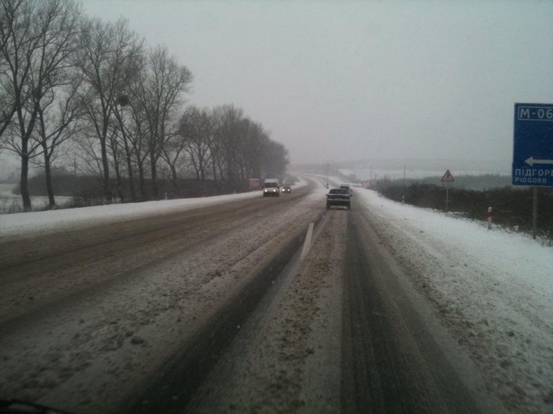 Через сильні снігопади ДАІ попереджає про ускладнений рух на дорогах області