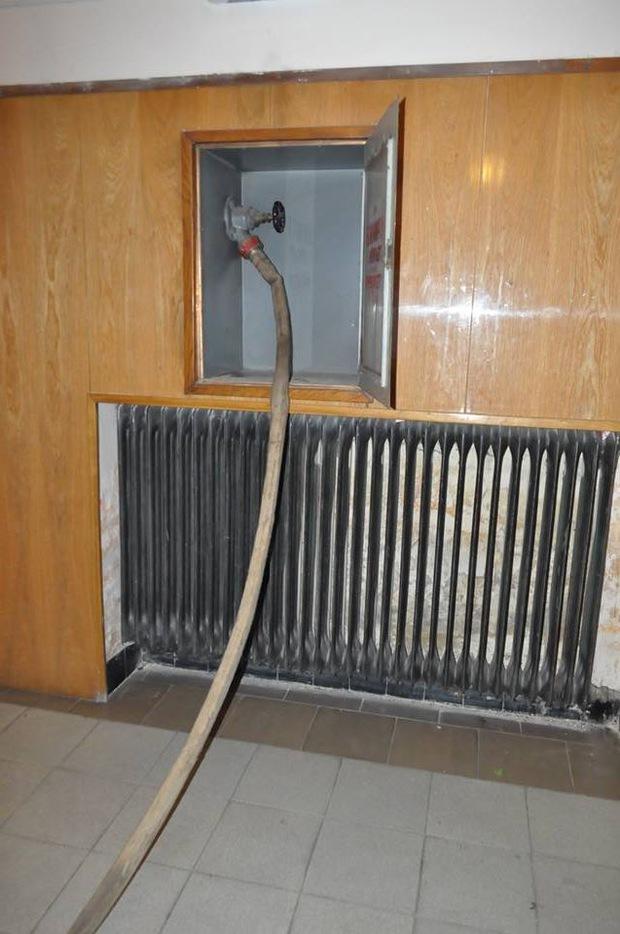 """""""Беркут"""" відпочиває у приміщенні Закарпатської ОДА та підготував """"на всякий випадок"""" пожежні рукави (ФОТО)"""