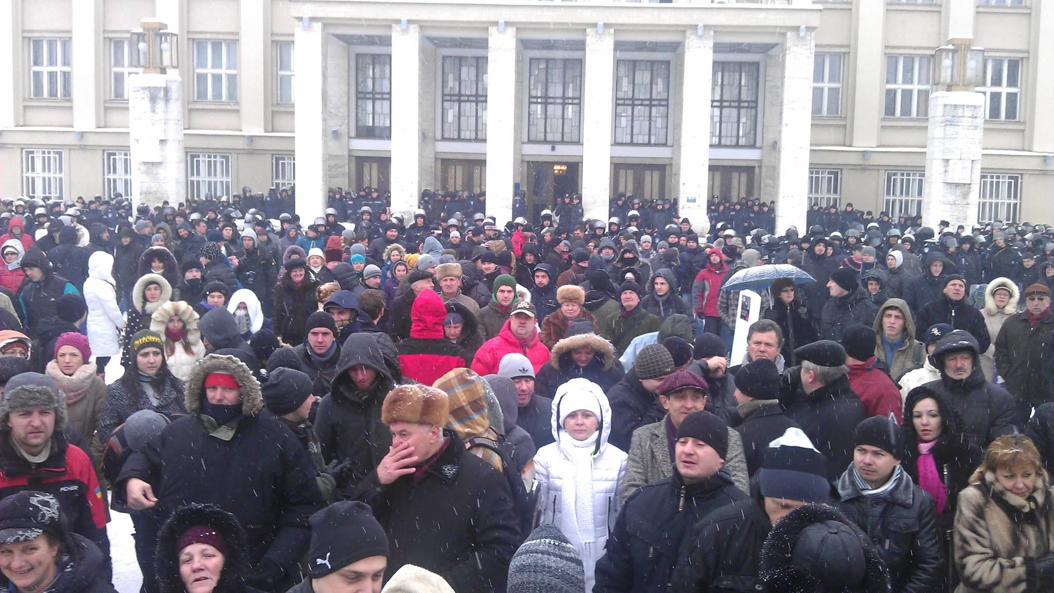 Правоохоронці негайно виконали рішення Закарпатської облради і покинули адмінбудівлю (ФОТОФАКТ)