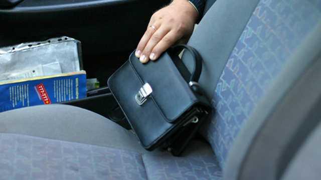Від чоловіка із автомобіля вкрали майже 100 тисяч гривень