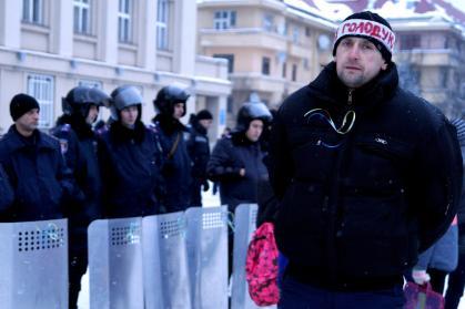 У чоловіка, який оголосив в Ужгороді голодування, відмовили ноги і його забрала швидка