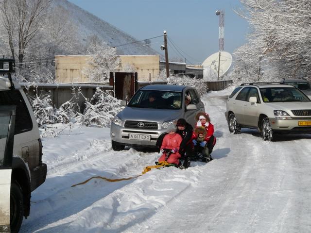 Дитячі пустощі з катанням за автомобілем завершились для дитини переломами обох ніг