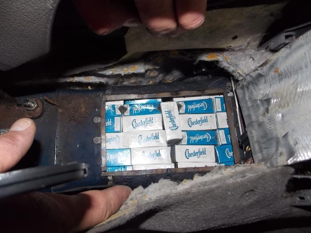 У пунктах пропуску приховані сигарети знайшли у 6 іномарках