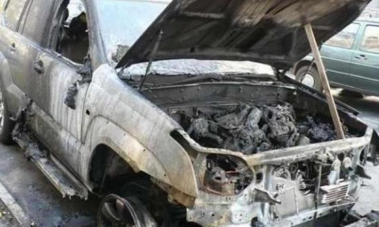 Жінка-водій не впоралася з керуванням і врізалась на своєму джипі в огорожу, автомобіль згорів майже повністю