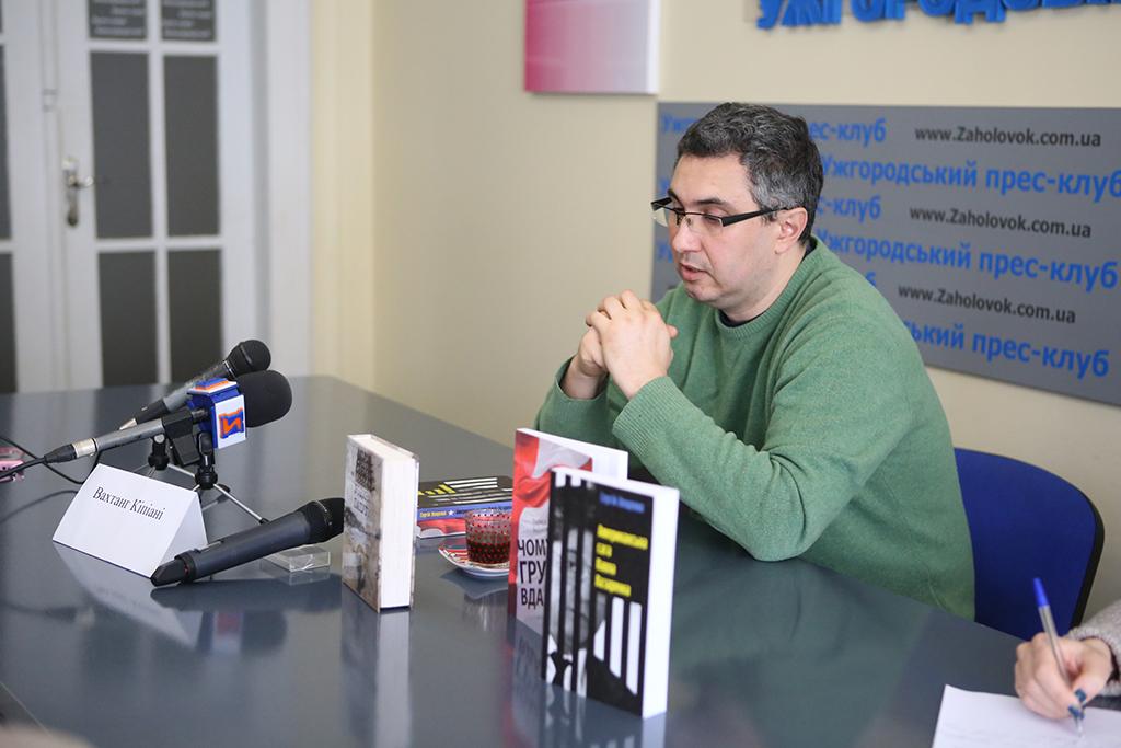 """В Ужгороді Вахтанг Кіпіані презентував видання """"Історичної правди"""""""