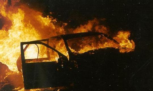 У Мукачеві на одній зі стоянок згорів автомобіль (ФОТО)