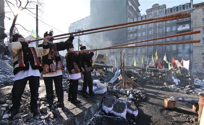Четверо музиків із трембітами перелякали у Києві бійців внутрішніх військ (ВІДЕО)