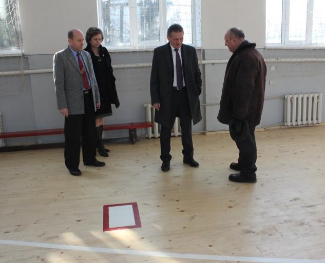 Олександр Ледида проінспектував відремонтований спортивний зал ЗОШ №6 міста Ужгород