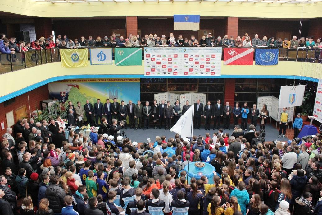 На честь Олімпійських ігор у Сочі в Ужгороді запалав символічний олімпійський вогонь