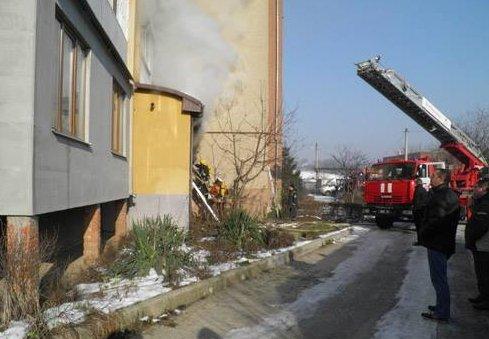 В Ужгороді горіла багатоповерхівка, через сильний дим люди не могли самостійно покинути власні оселі (ФОТО)