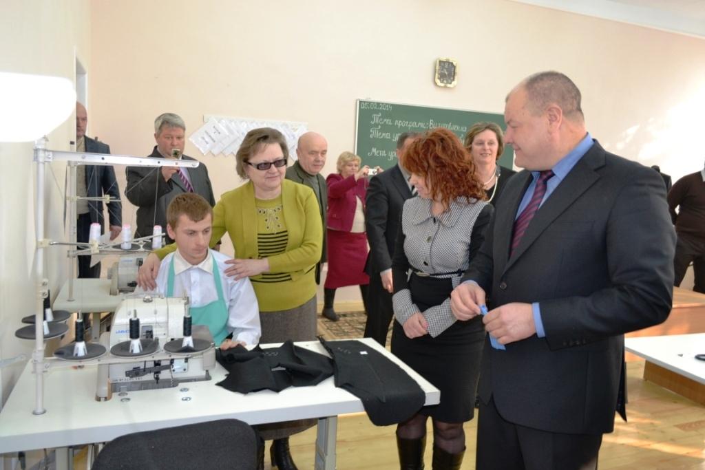 У Берегівському ліцеї відкрили сучасну майстерню для майбутніх кравців (ФОТО)