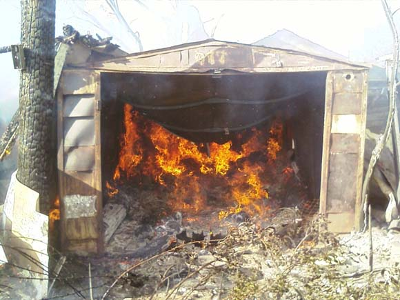 Коротке замикання стало причиною повного знищення вогнем гаражу та автомобіля, який в ньому знаходився