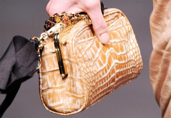 В Ужгороді злочинець посеред білого дня вкрав жіночу сумку з грошима ... bbf2a84921490