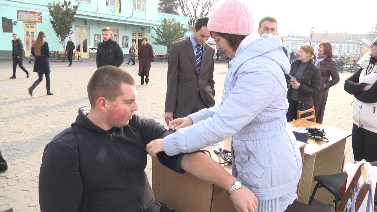 У центрі Ужгорода протягом декількох годин працював імпровізований лікарняний кабінет (ВІДЕО)