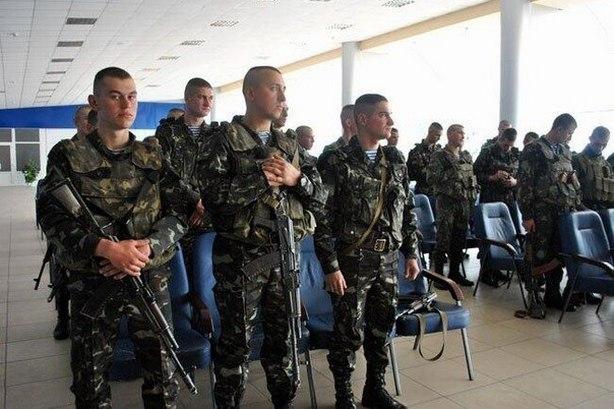 Десантників, які обороняли Луганський аеропорт, примусово переводять в Мукачево