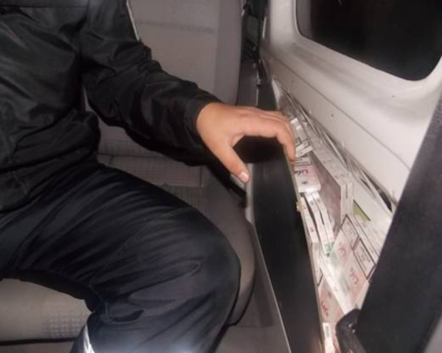 Мотоцикліст та автомобіліст вирішили нажитись на незаконному продажі сигарет (ФОТО)