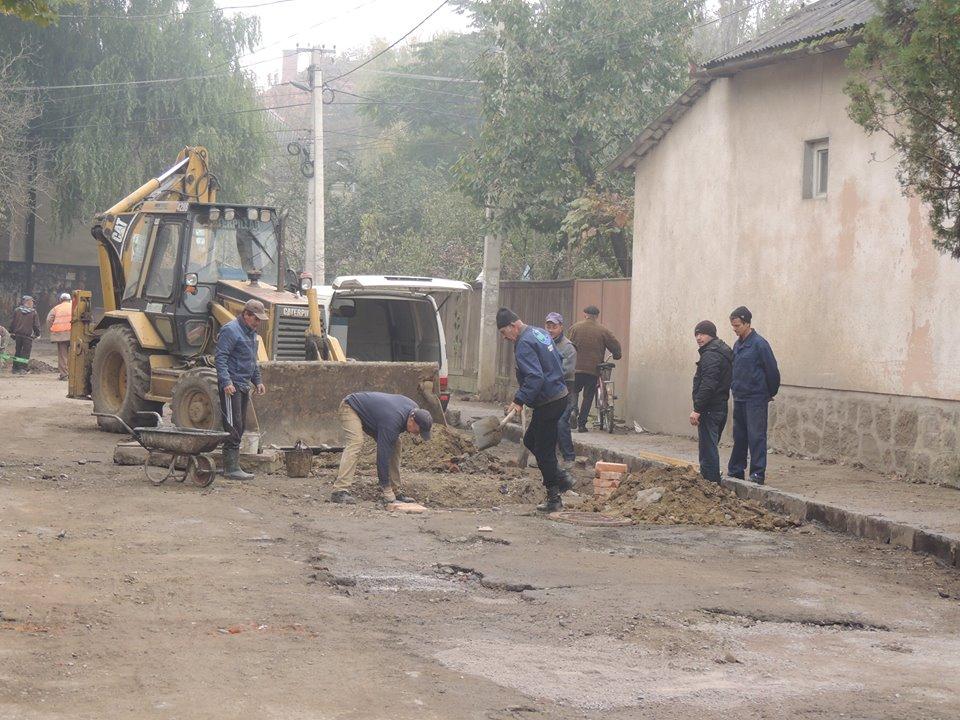 На одній із вулиць Берегова, яка протягом декількох років перебуває у занедбаному стані, розпочався ремонт