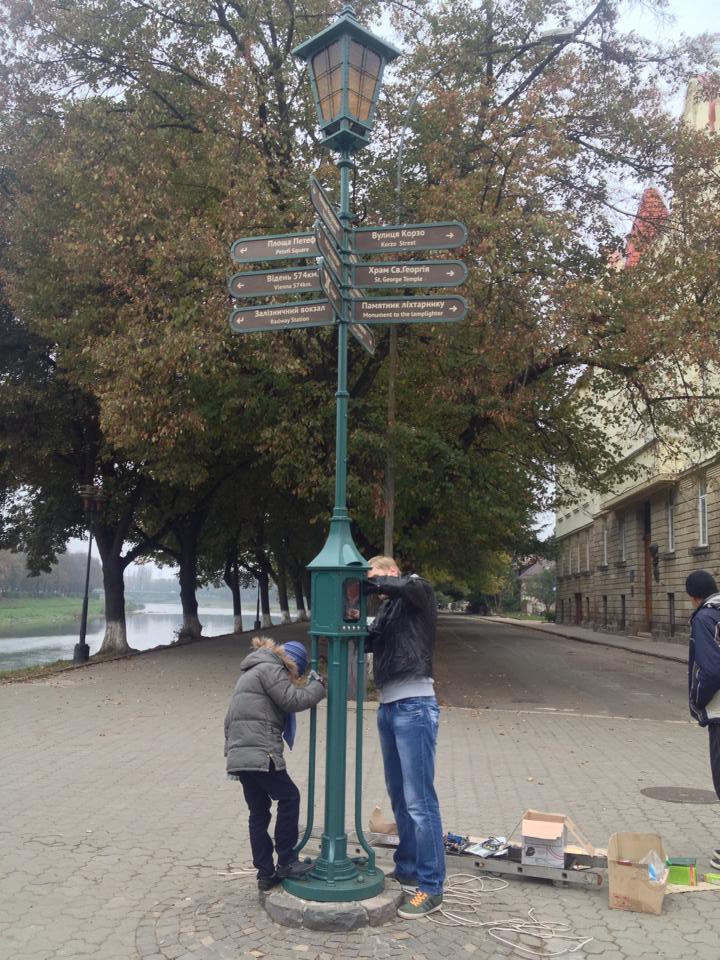 Ліхтар-вказівник, який у пішохідній частині Ужгорода умудрився збити водій, повернули на місце