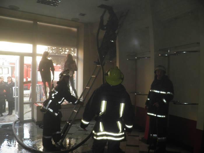Рятувальники назвали причину сьогоднішньої пожежі в магазині у центрі Ужгорода