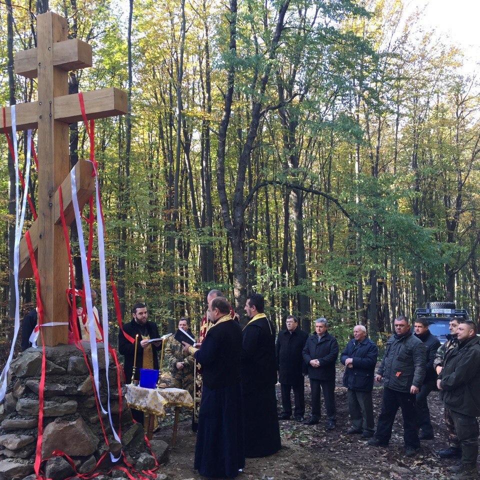 У підніжжі та на вершині однієї з найвищих вершин Ужгородщини встановили поклонні хрести