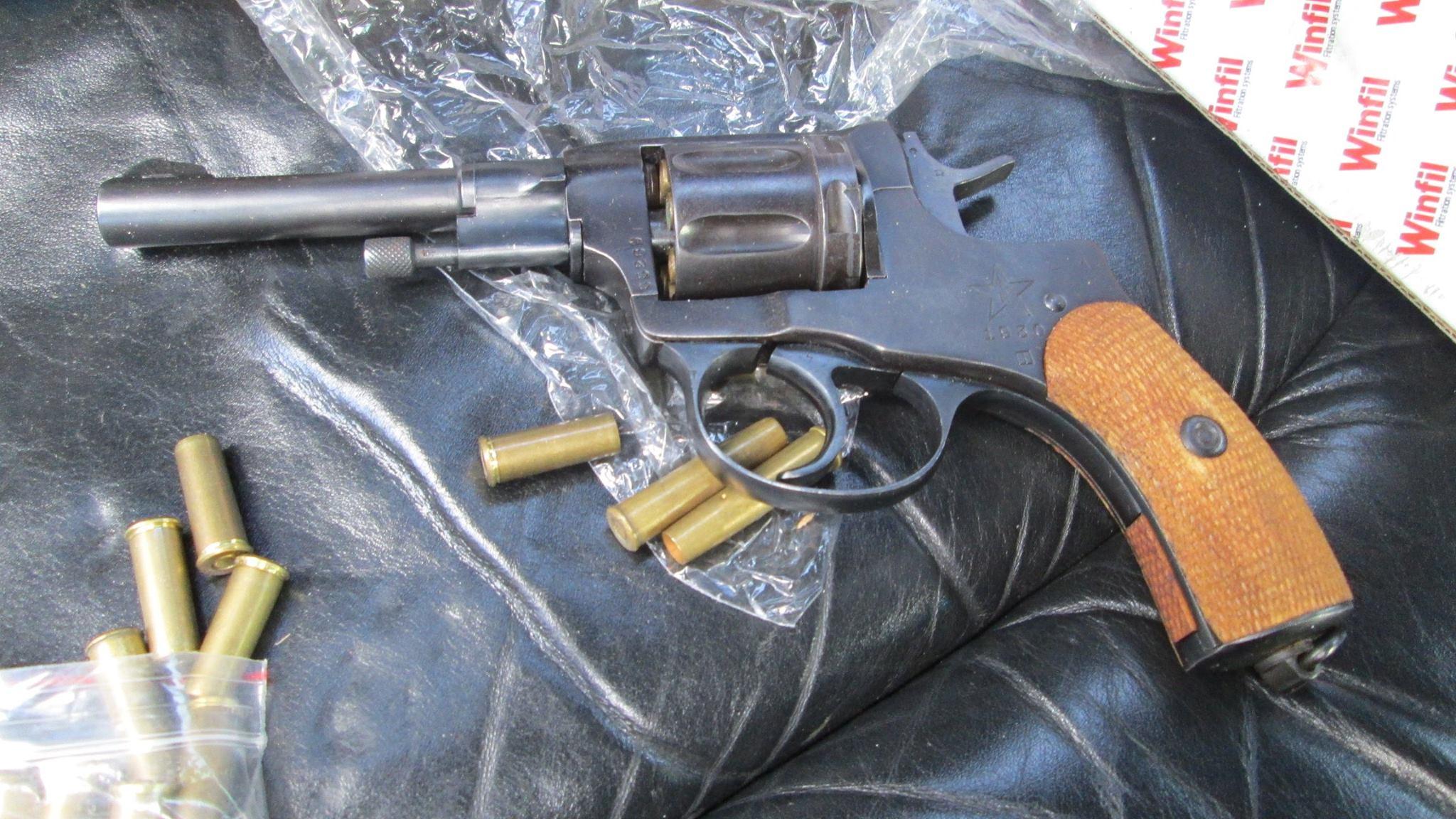 Зловмисник з револьвером в руці погрожував чоловіку розправою