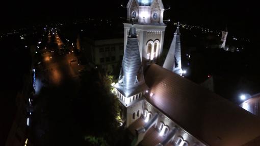 У мережі з'явилось вражаюче нічне відео церкви Святого Мартина у Мукачеві (ВІДЕО)
