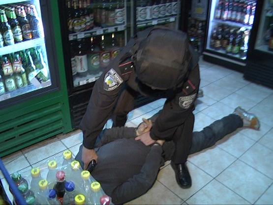 Працівникам ДСО прийшлось вгамовувати п'яного чоловіка в одному із магазинів Ужгорода