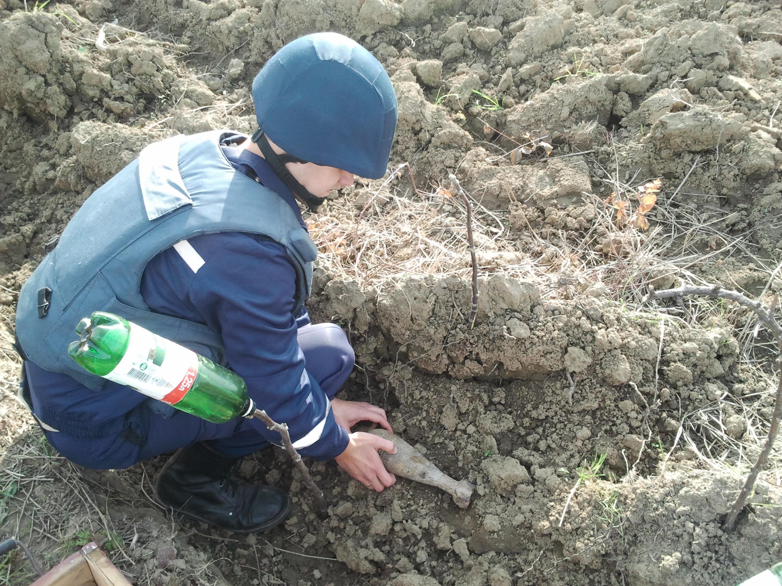 Мешканець Ужгородщини виявив на полі небезпечну знахідку