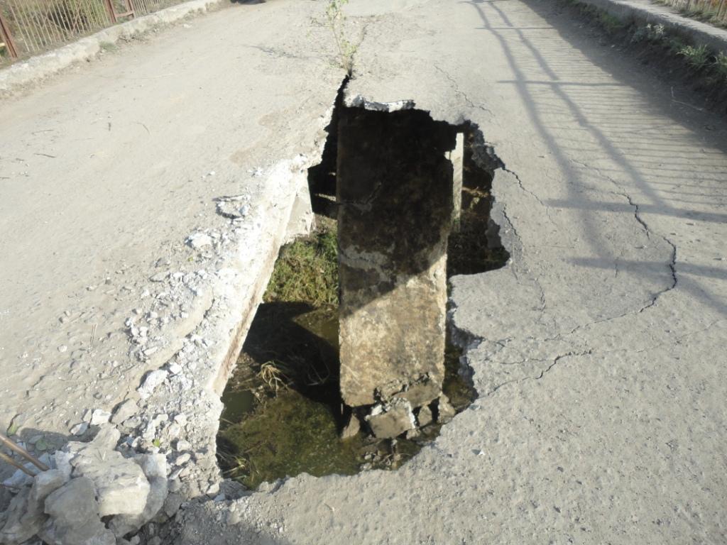 На Берегівщині надзвичайна ситуація: в одному із сіл провалився міст (ФОТО)