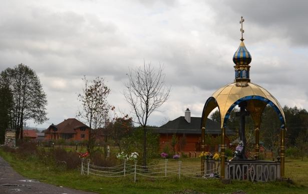 Закарпатське село вражає великою кількістю придорожніх хрестів