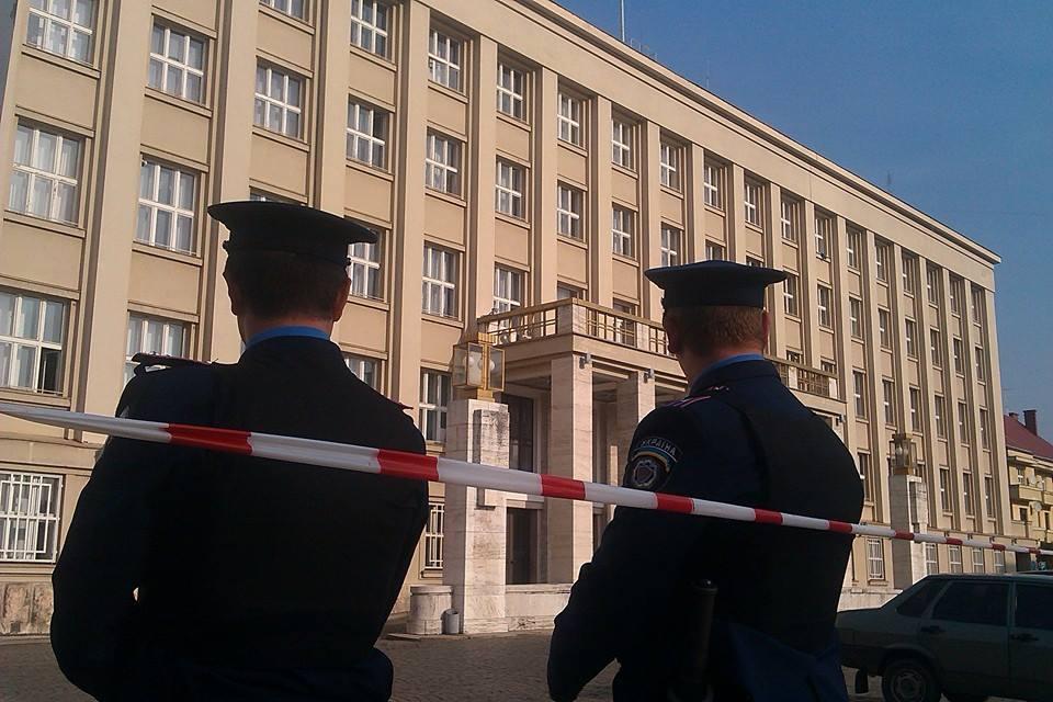 Під будівлею Закарпатської ОДА обшукали автомобіль з іноземними номерами на наявність вибухівки
