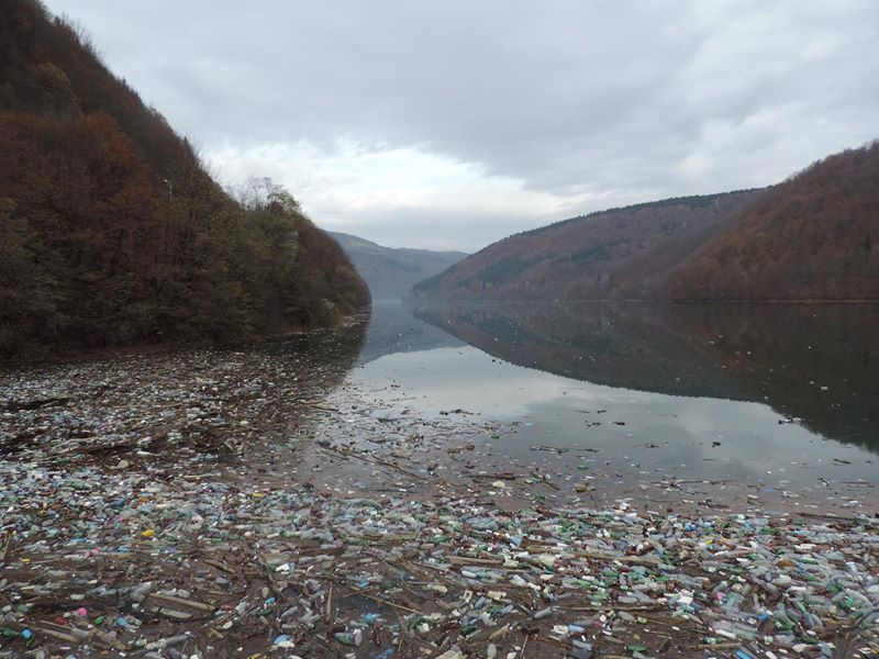 Мережу шокували фото звалища сміття на річці Теребля (ФОТО)