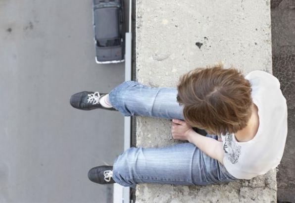 Після сварки із коханим, неповнолітня дівчина стрибнула із даху будівлі сільської ради