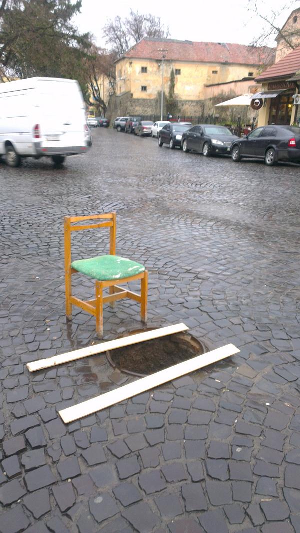В Ужгороді стільчики борються з відкритими люками (ФОТО)