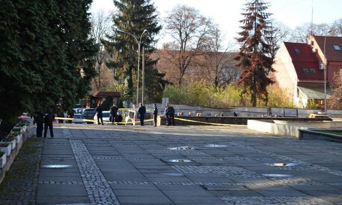 Територію навколо Ужгородської міськради очепили правоохоронці та рятувальники