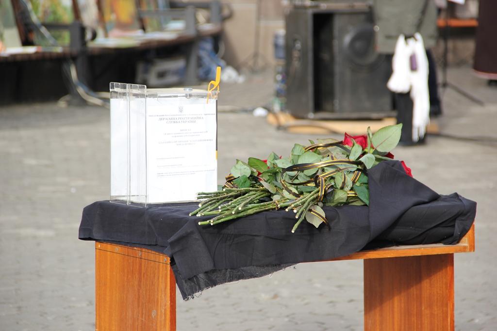 Під час заходів до річниці Майдану ужгородці збирали кошти на підтримку армії (ФОТО)