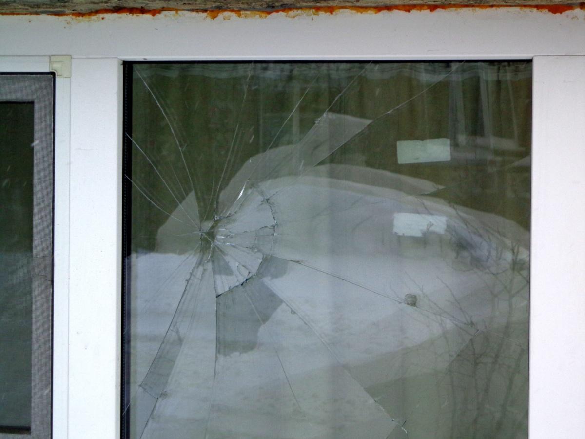 Неадекватний хуліган пошкодив майно сусідів