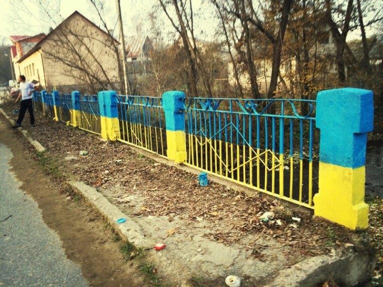 У селі Угля патріотично оновили міст