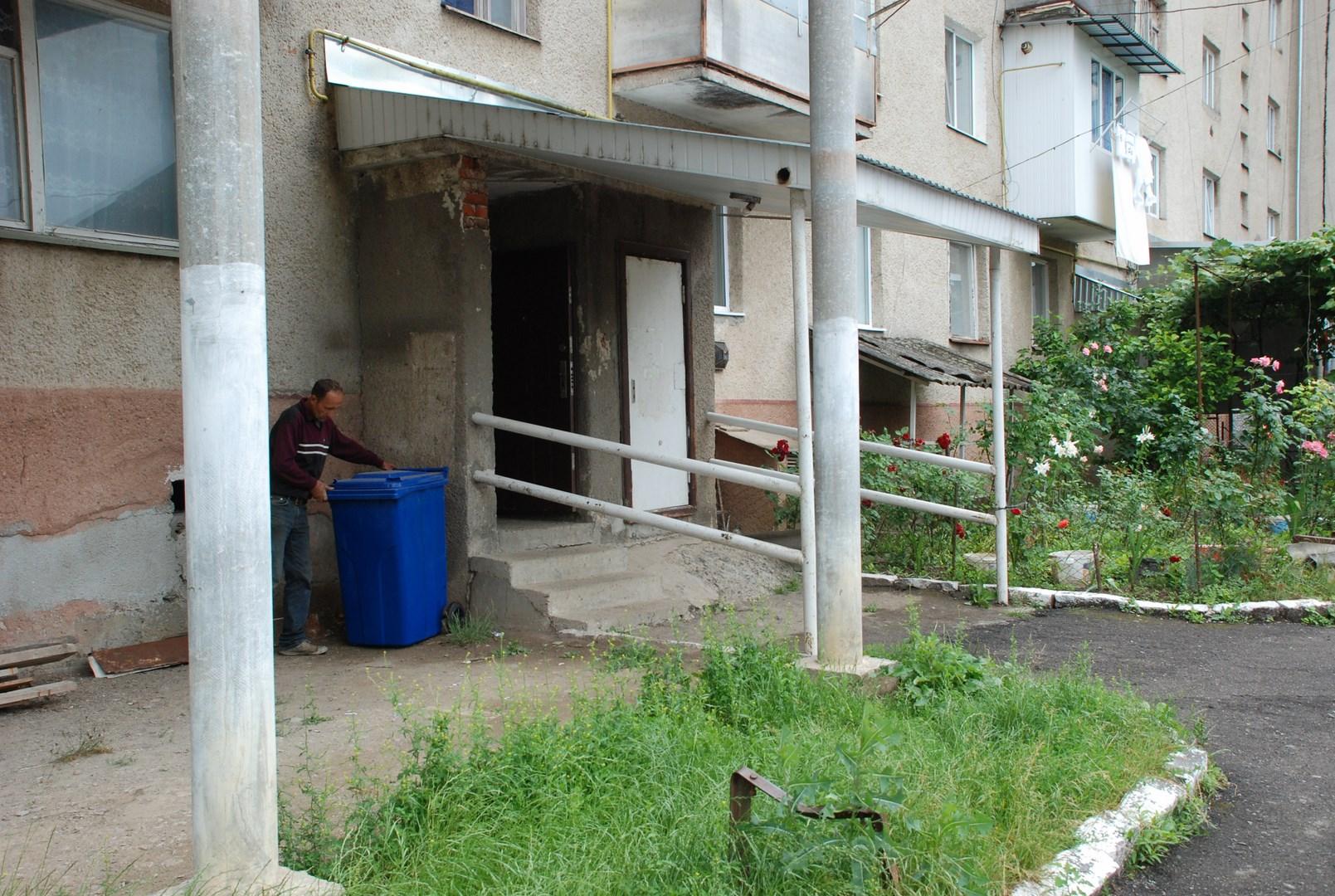 В Іршаві упорядковують місця збору твердих побутових відходів