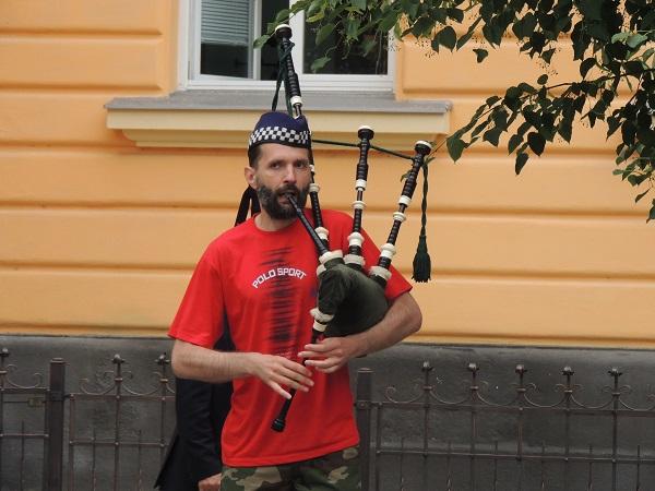 Таємничий музикант у Берегові розважав перехожих грою на волинці