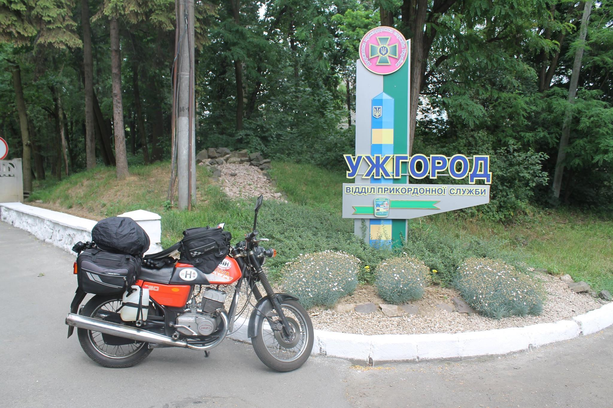 Чеський мотоцикліст під час дороги до Кавказу зупинився на Закарпатті