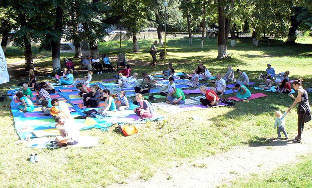 Майже півсотні ужгородців медитували у центрі міста