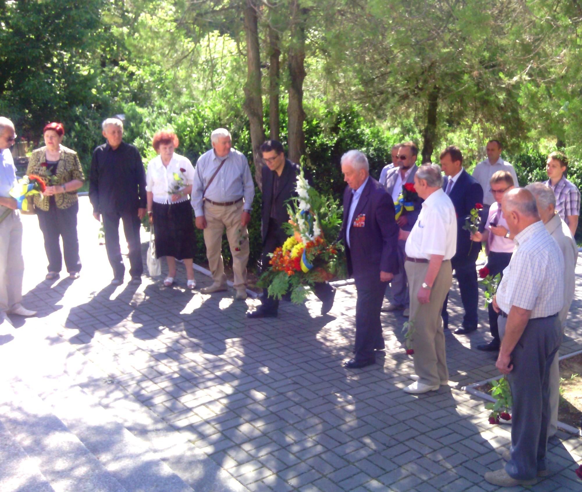 В Ужгороді хвилиною мовчання вшанували пам'ять жертв війни