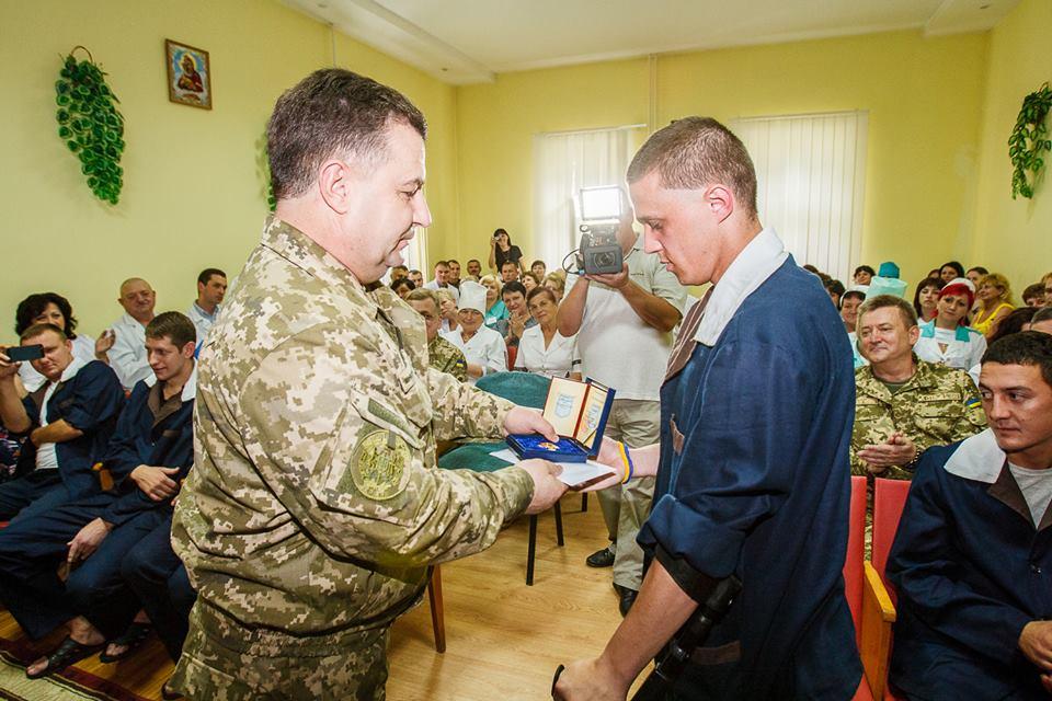 Міністр оборони нагородив військовослужбовців, які лікуються у Мукачеві