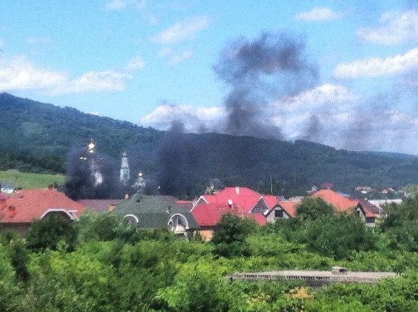 Біля АЗС на виїзді з Мукачева горять три автомобілі
